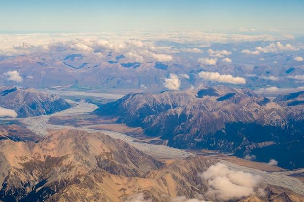 Odgórny widok wysokie góry w południowej wyspie nowa zelandia