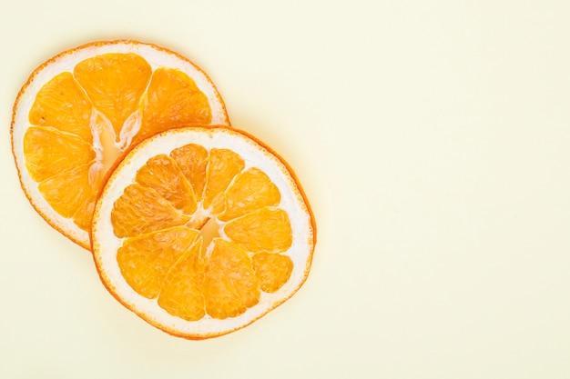 Odgórny widok wysuszeni pomarańcze plasterki odizolowywający na białym tle z kopii przestrzenią