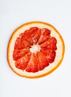 Odgórny widok wysuszony pomarańczowy plasterek odizolowywający na białym tle