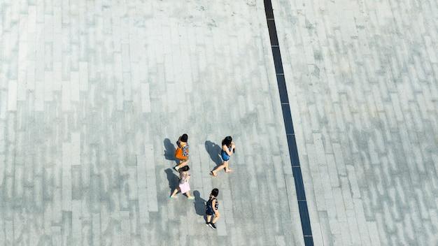 Odgórny widok z lotu ptaka ludzie chodzi na zwyczajnym ulicznym mieście