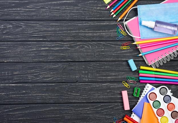 Odgórny widok z powrotem szkoła materiały z stubarwnymi ołówkami i kopii przestrzenią