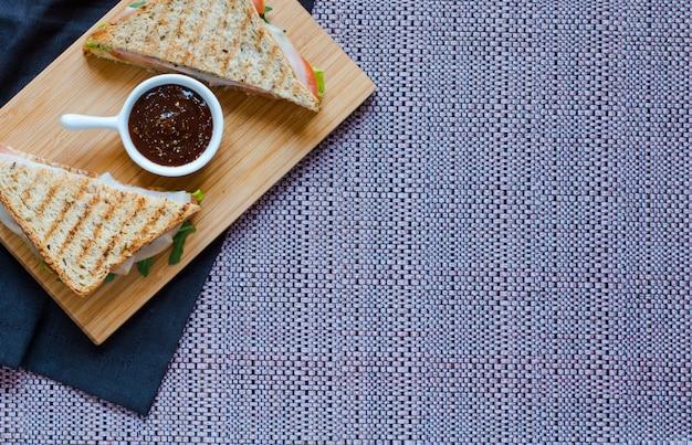 Odgórny widok zdrowa kanapka na drewnianym tle