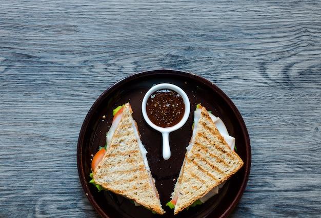 Odgórny widok zdrowa kanapka na drewnianym tle ,.