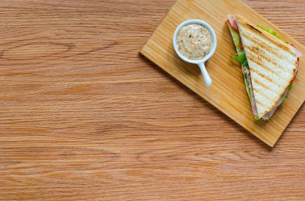 Odgórny widok zdrowa kanapki grzanka na drewnianym tle