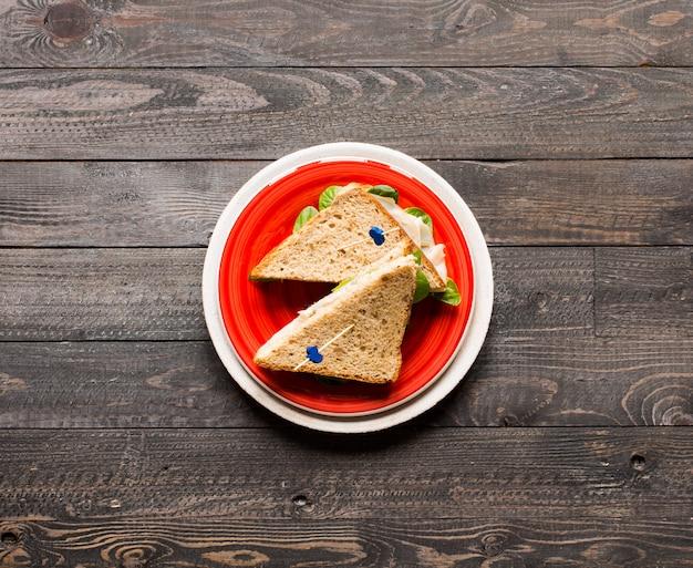 Odgórny widok zdrowa kanapki grzanka z sałatą, na drewnianej powierzchni