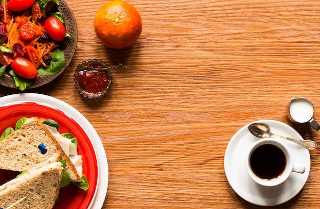 Odgórny widok zdrowa kanapki grzanka z sałatą, na drewnianym tle
