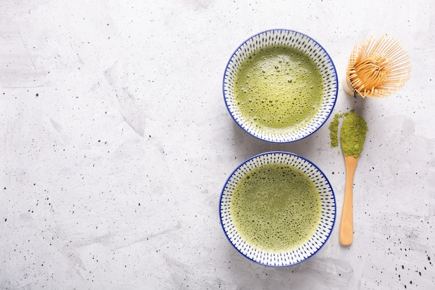 Odgórny widok zielonej herbaty matcha w pucharze na betonowej powierzchni