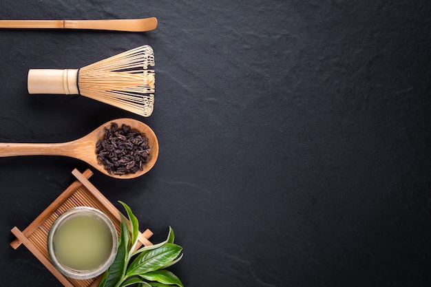 Odgórny widok zielonej herbaty matcha w pucharze na drewnianym nawierzchniowym tle z copyspace