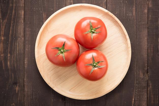 Odgórnych strzał pomidory na starym drewnianym stole