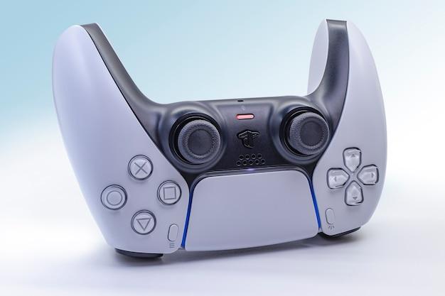 Odizolowany kontroler gier nowej generacji. sony ps-5.konsola do gier.