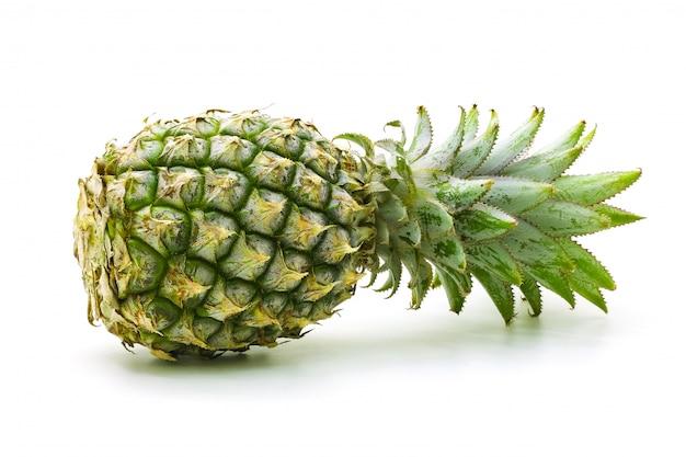 Odizolowywający na białym tle ananasowa owoc pokrajać