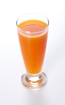 Odizolowywający na biel szkło świeży marchwiany sok