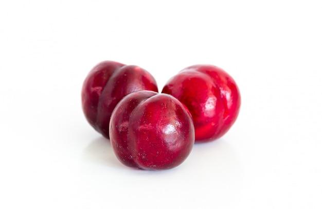 Odizolowywający świeża czerwona czereśniowa śliwka na bielu