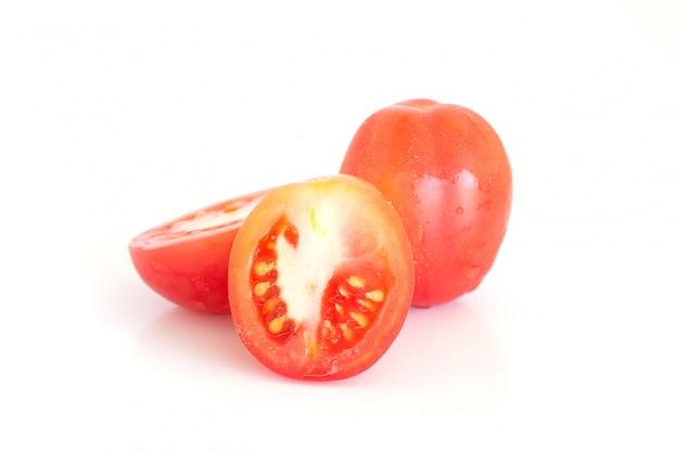 Odizolowywający świezi pomidory na biel powierzchni