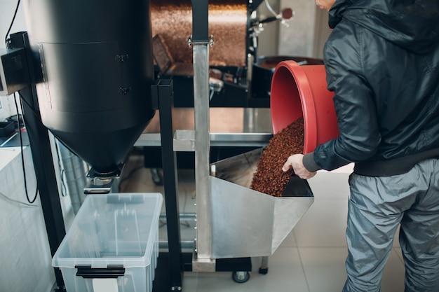 Odkamieniacz kawy w procesie palenia kawy.