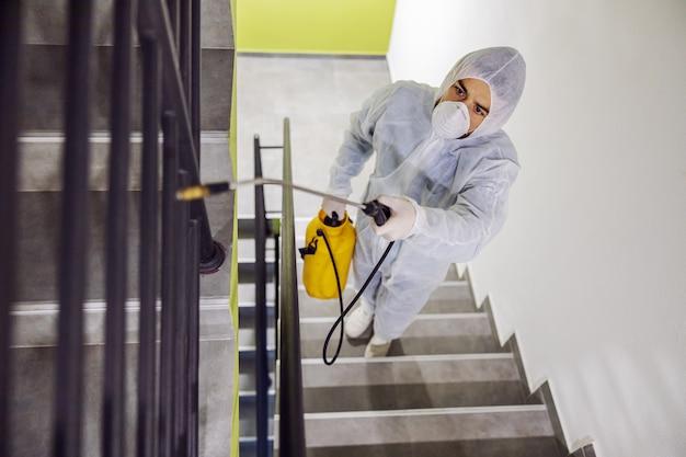 Odkażanie powierzchni wewnętrznych. czyszczenie i dezynfekcja wewnątrz budynków