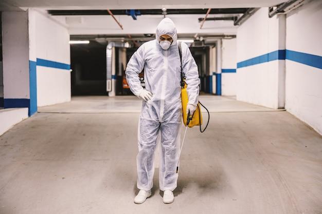 Odkażanie powierzchni wewnętrznych, garaż. mycie i dezynfekcja wewnątrz budynków, epidemia koronawirusa. profesjonalne zespoły do dezynfekcji. zapobieganie infekcjom i kontrola epidemii. p.