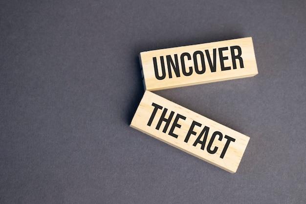 Odkryj słowa faktów na drewnianych klockach na żółtym tle. koncepcja etyki biznesu.