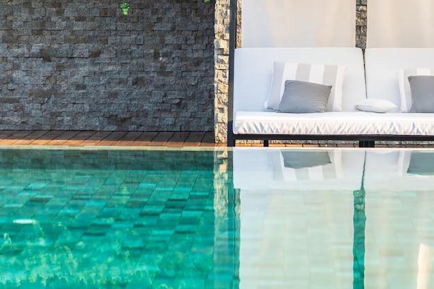 Odkryty basen z fotelem parasolowym dookoła do podróży rekreacyjnych