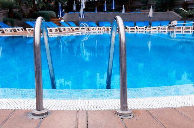 Odkryty basen ze schodami w hotelu. relaks i wakacje koncepcja.