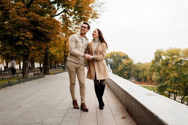 Odkryty fotografia szczęśliwa młoda kobieta z chłopakiem korzystających z randki. zimny sezon.