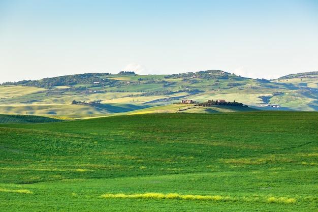 Odkryty krajobraz wzgórz toskanii