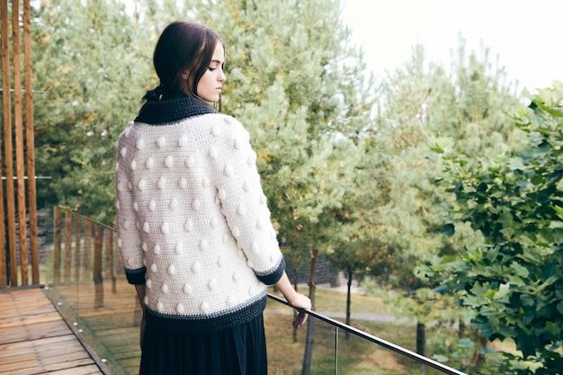 Odkryty moda portret seksowny młoda stylowa kobieta ubrana w strój modny jesień