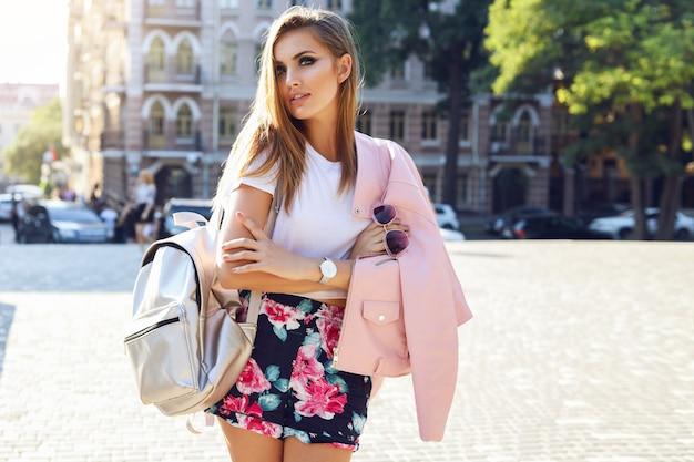 Odkryty moda ulica stile portret ładnej kobiety jesienią strój dorywczo spaceru w mieście. piękna brunetka dziewczyna lub student korzystających z weekendów.