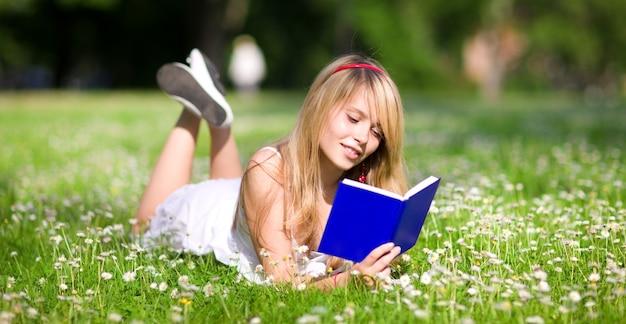 Odkryty obraz ślicznej nastolatki z książką