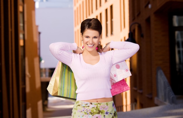 Odkryty obraz szczęśliwej kobiety z torby na zakupy