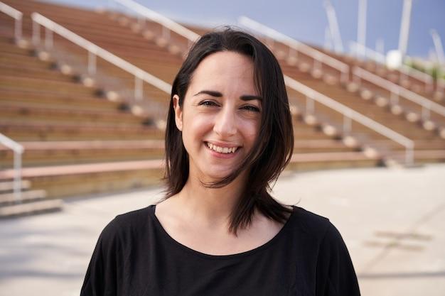 Odkryty portret kobiety latynoskiej na tle stadionu