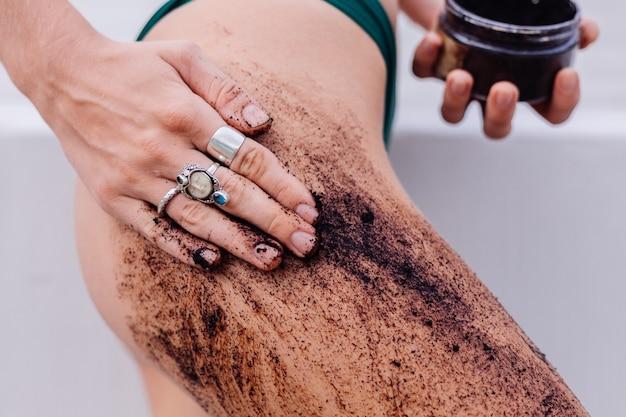 Odkryty strzał kobiety z peelingiem do ciała kawy.
