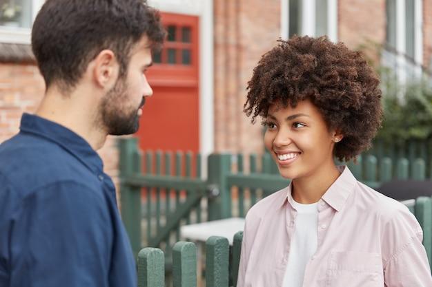 Odkryty strzał wesoła para o przyjemną rozmowę