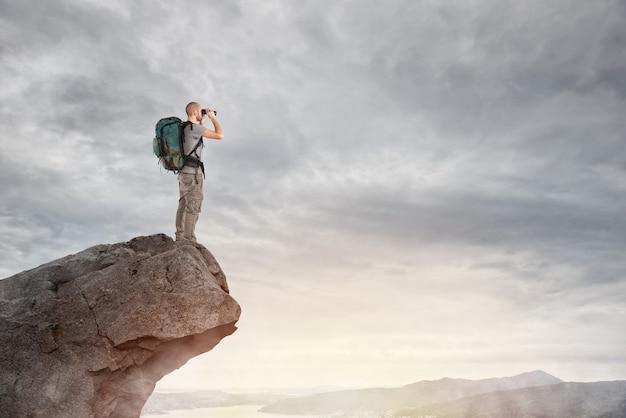 Odkrywca na szczycie góry