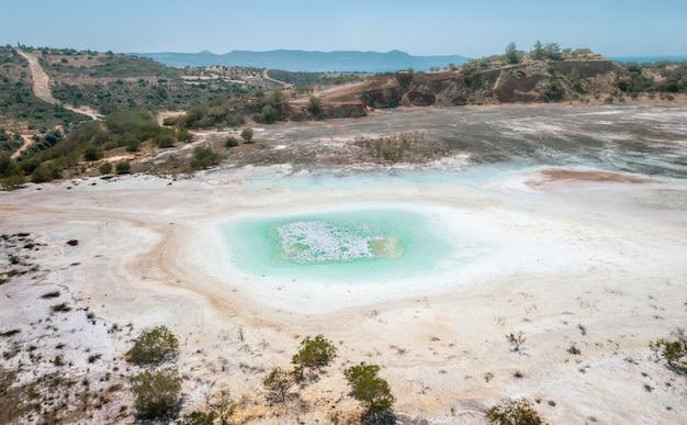 Odkrywka starej kopalni miedzi z wysuszonym zanieczyszczonym dnem jeziora w limni na cyprze. powietrzny krajobraz