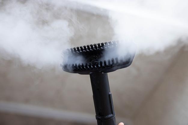 Odkurzacz parowy do czyszczenia domu ze szczotki wydobywa się para