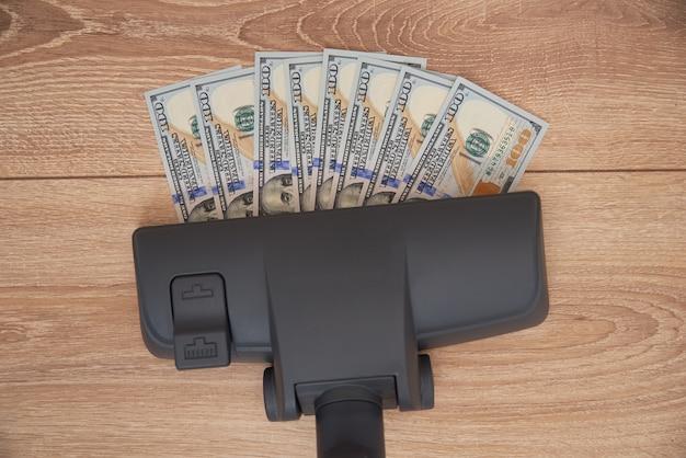 Odkurzacz zasysa banknoty dolara usd
