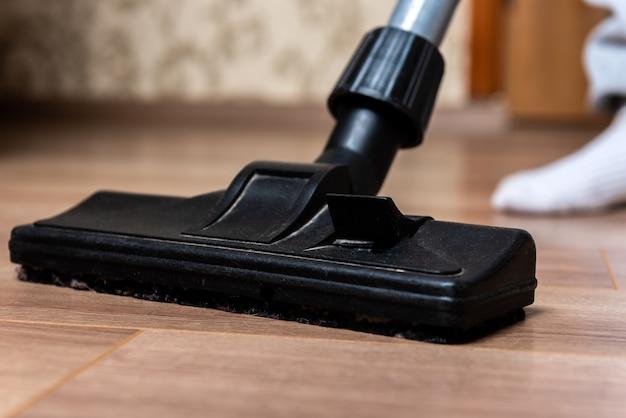 Odkurzanie podłogi laminowanej