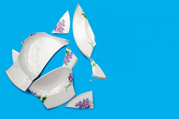 Odłamki połamanego talerza na niebiesko