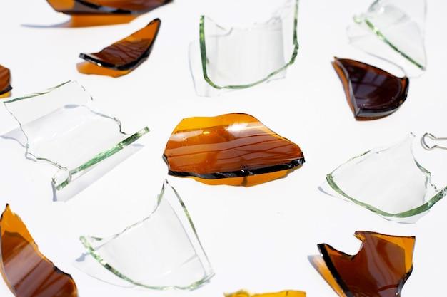 Odłamki szkła na białym tle na białej powierzchni