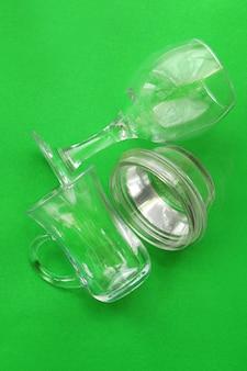 Odłamki szkła na zielonym tle monochromatyczne. koncepcja recyklingu odpadów. ochrona środowiska.