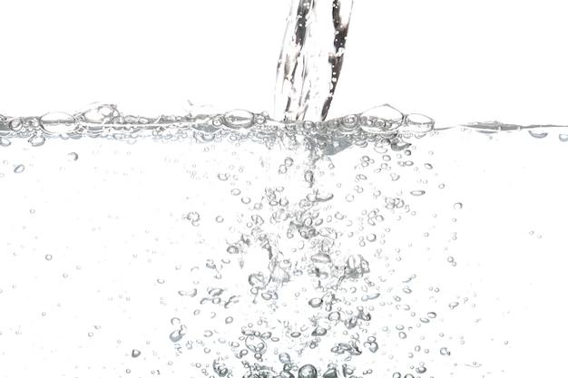 Odlewania wody pitnej z powietrza bąbelkowego samodzielnie na białym tle.