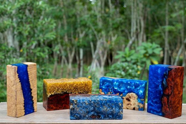 Odlewanie kostki drewna z żywicy epoksydowej na stole artystycznym, natura drewniana