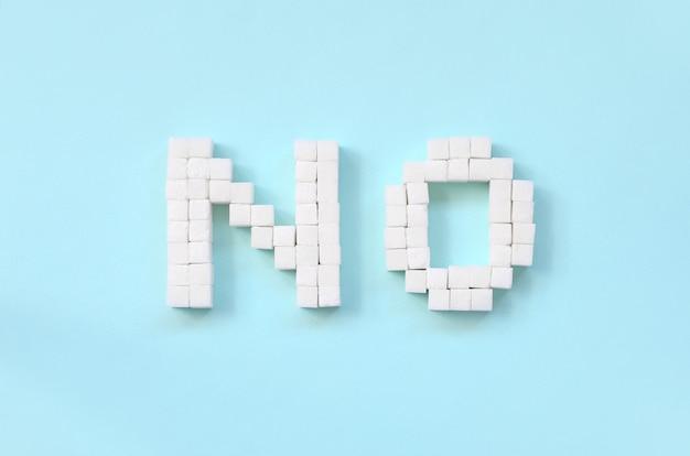 Odmawianie cukier podpisuje z dużymi listami na błękitnym tle