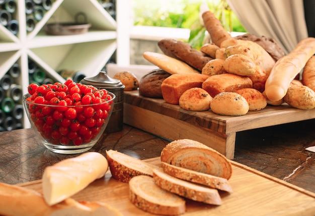 Odmiana chleba i pomidorów cherry.