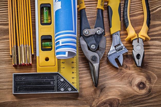 Odmiana narzędzi budowlanych na vintage desce