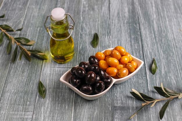 Odmiana oliwek zielonych i czarnych w całości.