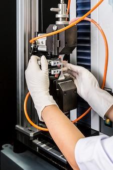 Odmiana rękawicy lateksowej, produkcja rękawic gumowych, próba rozciągania, tester rozciągania