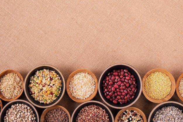 Odmiana ryżu i ziaren w miseczkach na obrusie lnianym