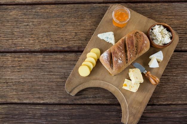 Odmiana sera, brązowy chleb i nóż na desce